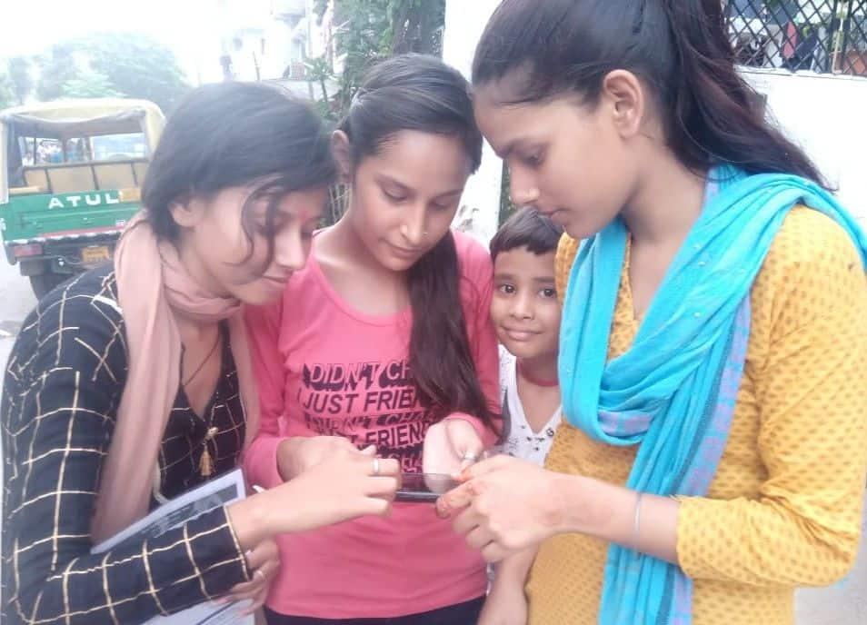 मोबाइल पर अपना रिजल्ट देखती छात्राएं। यदि टॉप-5 की बात करें तो सिर्फ पटना शहर के दो स्कूलों के बच्चे स्थान बना पाए।
