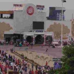 पटना जंक्शन रेलवे स्टेशन परिसर में प्रवेश से पहले यात्रियों की थर्मल जांच हो रही है जिससे पता चल सके कि किसी को बुखार या ऐसा कोई लक्षण तो नहीं है।