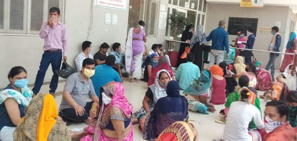 आगरा जिला अस्पताल में मरीजों की भारी भीड़।
