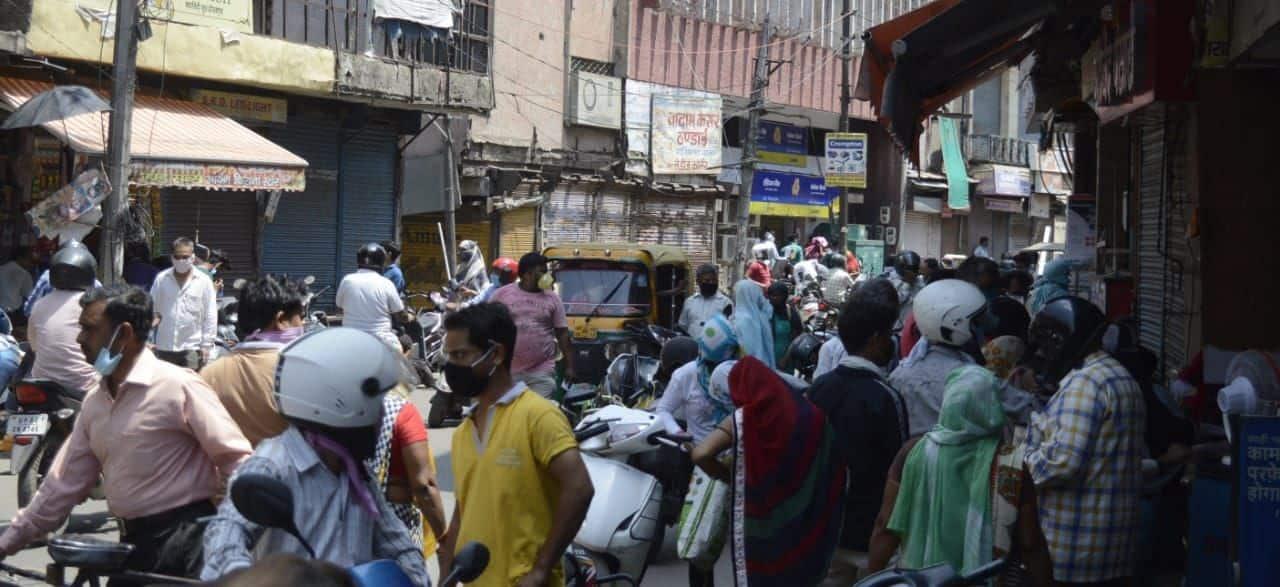 आगरा के बेलनगंज मार्केट में बाजार पहुंचे लोगों की भीड़।