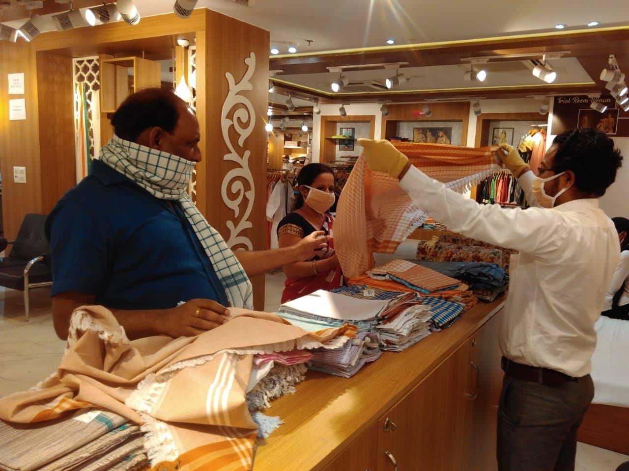 पटना के खादी मॉल में गमछा के स्टॉल पर एक ग्राहक।