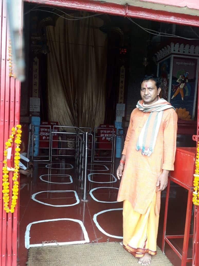 राजवंशी नगर हनुमान मंदिर में भक्तों के बीच दूरी बनाए रखने के लिए खड़े होने की जगह तय कर दी गई है।