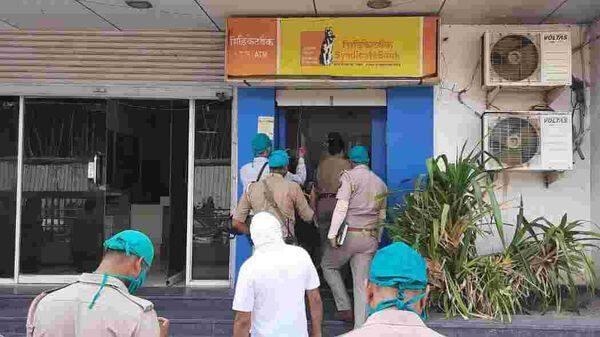 चोरों ने एटीएम मशीन को अनलॉक कर नकदी से भरी एक ट्रे ही चोरी कर ले गए, जिसमें साढ़े छह लाख रुपए थे।
