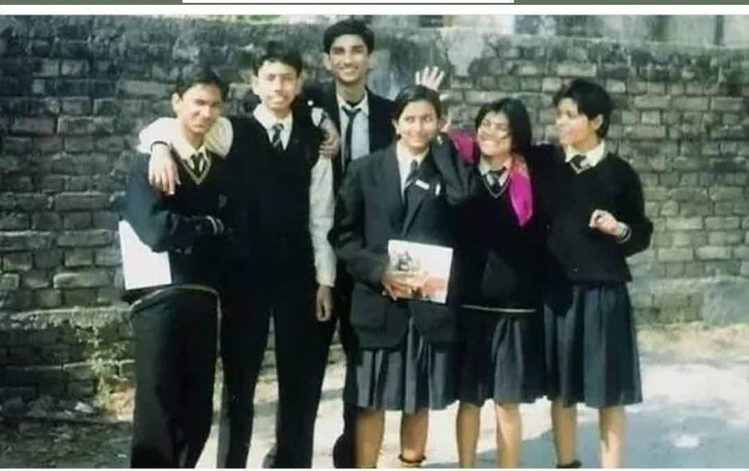 सुशांत की शुरुआती पढ़ाई सेंट कैरेंस हाईस्कूल स्कूल से हुई थी। इसके बाद वह दिल्ली के कुलाची हंसराज मॉडल स्कूल में पढ़ने चले आए थे। सेंट करेन्स हाई स्कूल गोला रोड के छात्र थे सुशांत। 2001 में 10वीं बोर्ड किया था।