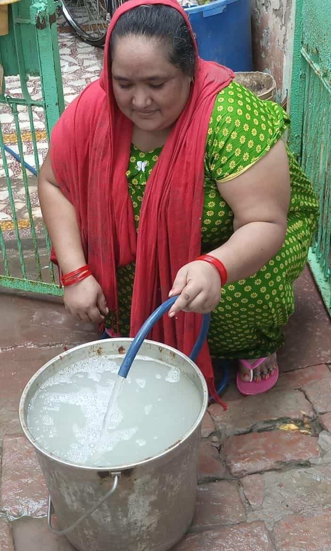 शहीदनगर में जो पानी आ रहा है उसका रंग बाल्टी में देखिए, आपको खुद अंदाजा हो जाएगा कितना गंदा है ये पानी।