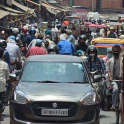 अनलॉक 1 में ताजनगरी आगरा के बाजारों की भीड़ कोरोना काल में डरावनी नजर आती है।