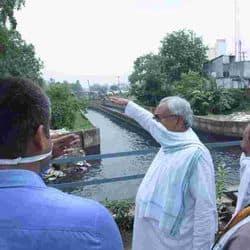 पहाड़ी संप हाउस के पास वर्षा से जमा पानी का जायजा लेते सीएम नीतीश कुमार।