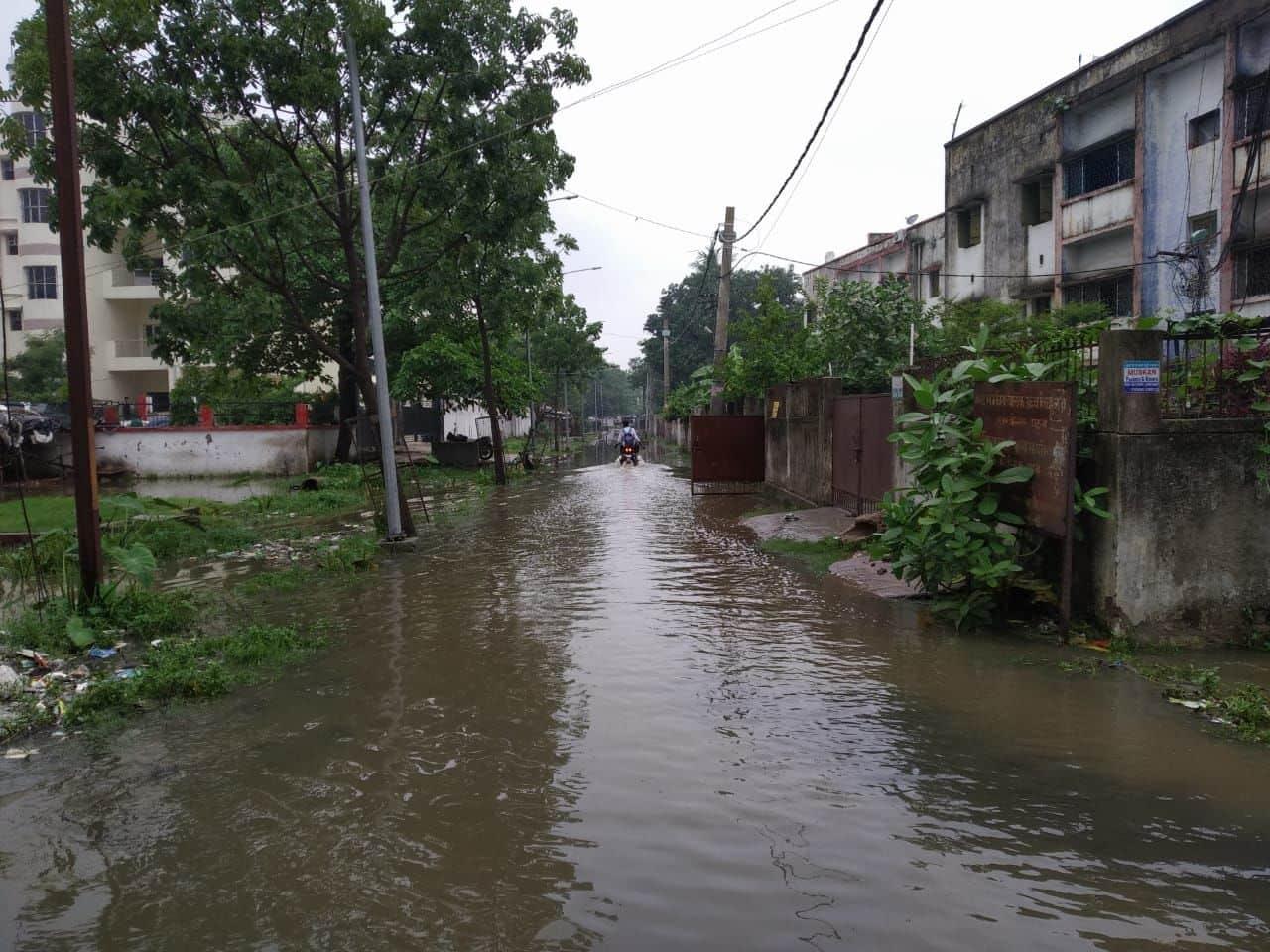 रातभर की बारिश में पटना के हर कोने में सड़कों का यही हाल है।