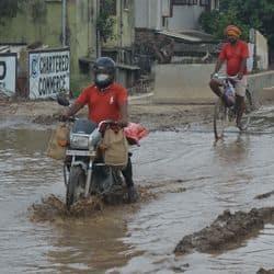 पुनाइचक के पास वाले इलाकों का भी बारिश की वजह से हाल बेहाल हो गया है। पानी इतना जमा हो गया है कि लोगों का गाड़ियों से निकलना भी मुश्किल हो गया है।