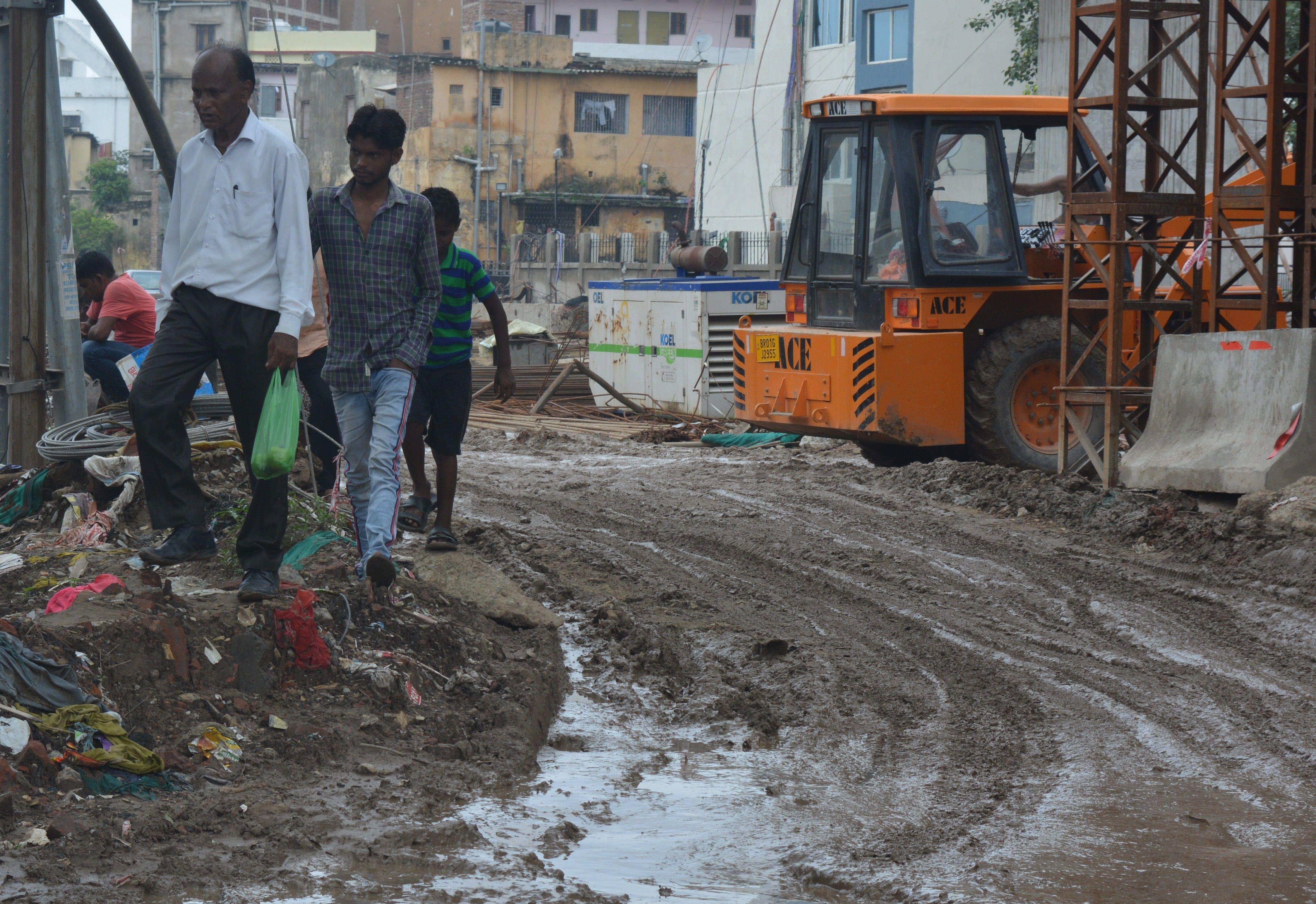 पुनाइचक इलाके में बारिश ने सड़क को कचरे का ढेर बना दिया है।