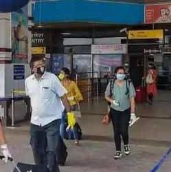 पटना एयरपोर्ट के आगमन पर ही अब आपको पीपीई किट, फेस मास्क और हैंड सैनिटाइजर मिल जाएगा।