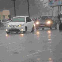 पटना में बारिश के बाद मौसम तो सुहावना हो गया लेकिन दिन में ही अंधेरा भी छा गया। बारिश इतनी तेज थी कि सड़क पर चल रही गाड़ियां दिन में ही लाइट जलाने पर मजबूर हो गईं।