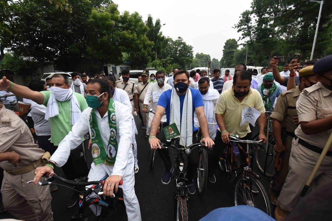 तेजस्वी साइकिल ने साइकिल मार्च के दौरान कहा कि जब इंटरनेशनल बाजार में कच्चे तेल की कीमतों में कमी हुई है तो देश में पेट्रोल और डीजल के दाम लगातार क्यों बढ़ते जा रहे हैं।