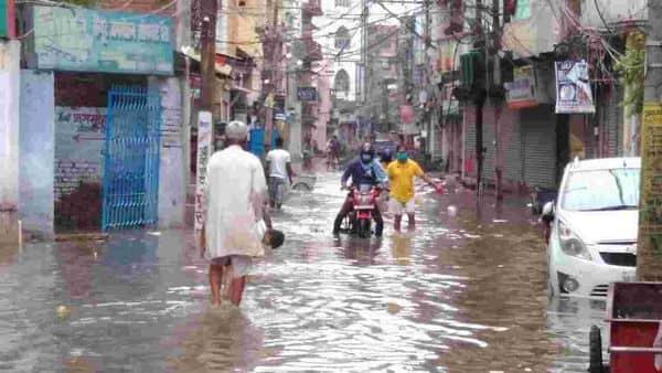 पटना में रविवार को झमाझम बारिश के बाद सड़कें पानी से डूब गई।