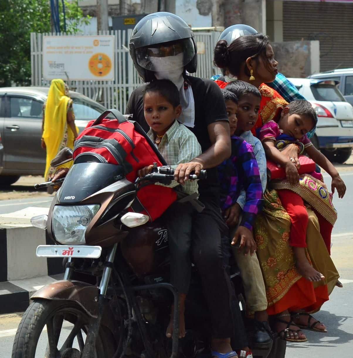 आगरा में गर्मी के कहर के बीच एक ही बाइक पर 2 मियां-बीवी और 4 बच्चों का परिवार सवार।