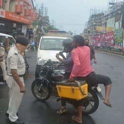 बिना मास्क लगाए लोगों को पकड़ती पटना पुलिस