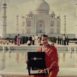 तत्कालीन मेयर अंजुला माहौर ताजमहल के सेवन वंडर्स में अव्वल आने पर उसके प्रमाणपत्र के साथ ताजमहल की डायना सीट पर फोटो खिंचवाते हुए। (फाइल फोटो)