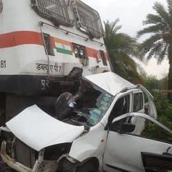 अवैध रेलवे क्रॉसिंग पार करते वक्त ट्रेन की चपेट में आई कार।