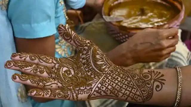 इस तरह के खूबसूरत डिजाइन से पूरे हाथ पर भरकर मेहंदी लगा सकती हैं.