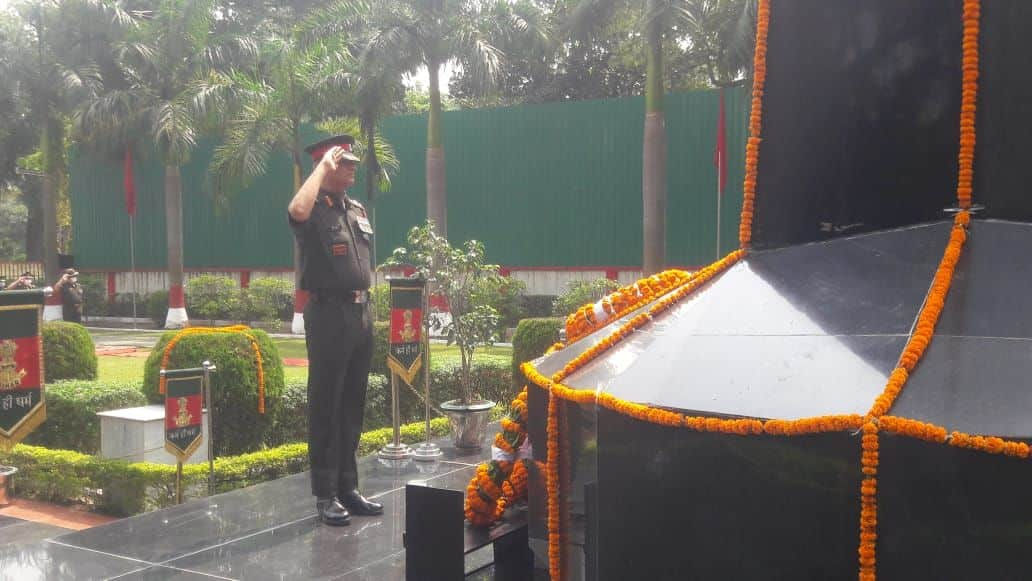 कारगिल दिवस पर शहीद स्मारक पर सलामी देते सैन्य अधिकारी