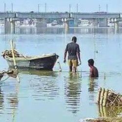 पटना: गंगा में नहाने गए दो युवकों की डूबकर मौत, शवों को तलाश रही टीम
