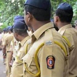 मुंबई पुलिस ने एसआईटी को मीडिया से बात करने से रोका. इसके लिए एसआईटी को कैदी वैन में बैठाकर ले गई.