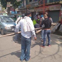 पटना: कंटेनमेंट जोन में बैरिकेडिंग होने के बाद भी बिना नियमों का पालन किए और बिना रोक-टोक लोग घूमते रहे.