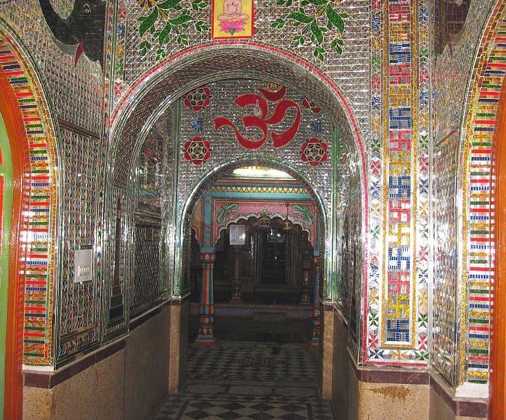 पूरी तरह से कांच से बना हुआ, यह जैन मंदिर कांच के पैनलों पर उत्कृष्ट कलाकृति प्रदर्शित करता है।