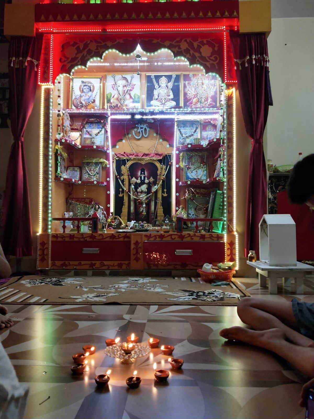 राम मंदिर के शिलान्यास के बाद पटना में लोगों ने दीप जलाकर उत्सव मनाया.