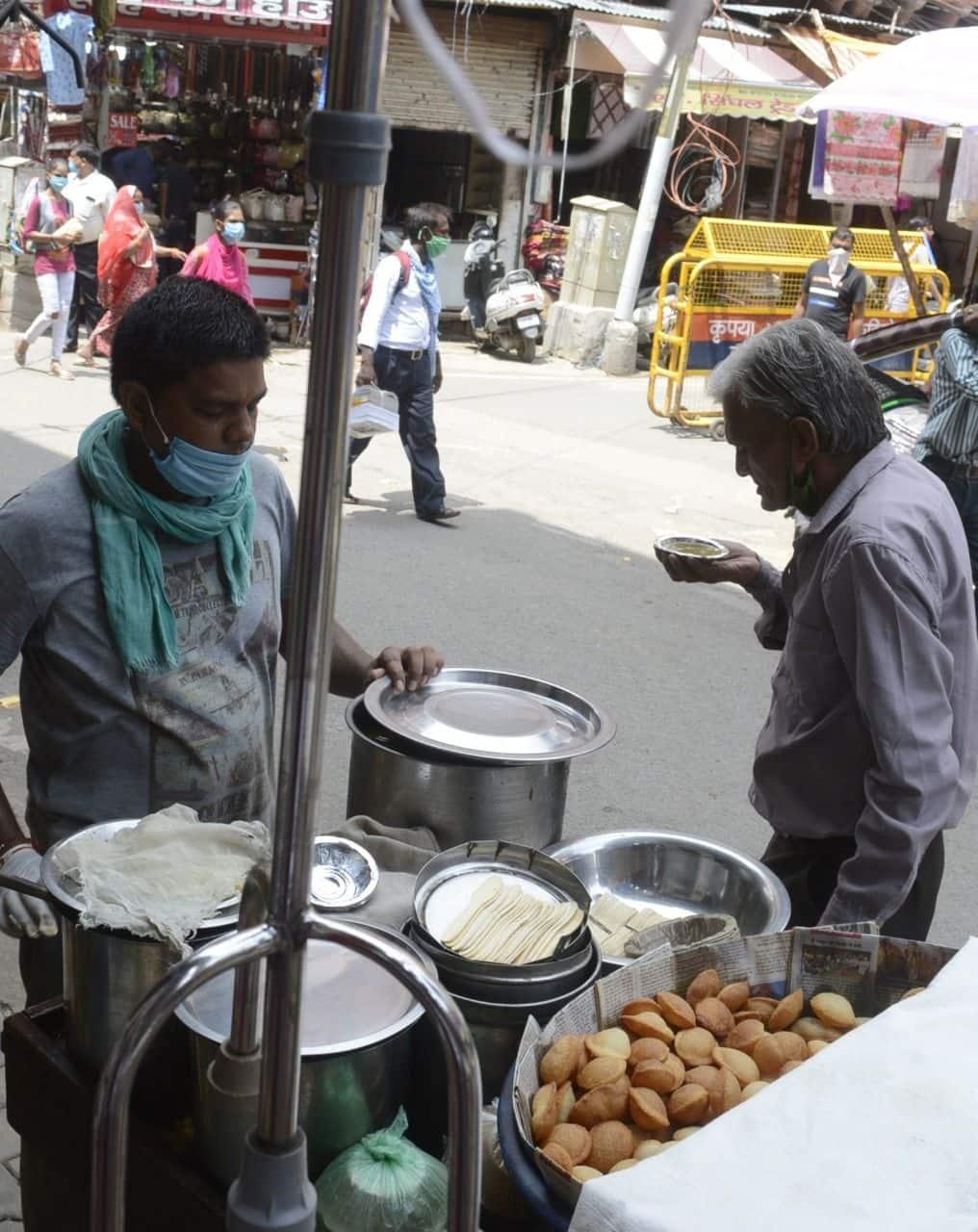 ताजनगरी में चाट की दुकान पर वृद्ध व्यक्ति चाट का जायका पूरा करते हुए.