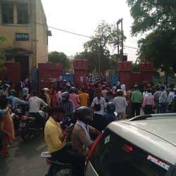 मिनी लॉकडाउन के दौरान एम.जी रोड आगरा कॉलेज पर बीएड प्रवेश परीक्षा में उमड़ा सैलाब, सोशल डिस्टेंसिंग हुई फेल