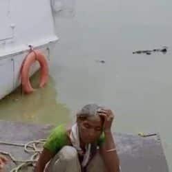 महिला का नदी से निकालते हुए एनडीआरएफ़ की टीम