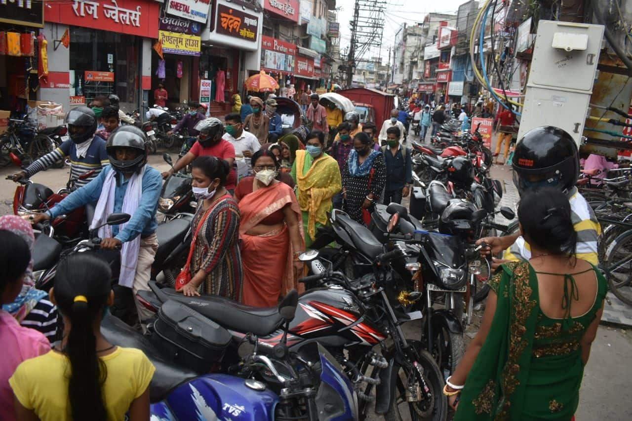मोतीझील में खरीदारी को लेकर उमड़ी भीड़, ट्रैफिक जाम लगा.