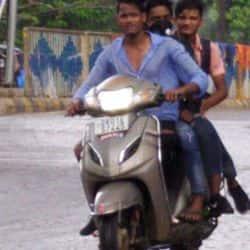 सुहावने मौसम का मजा लेने के लिए कई लोग सड़कों पर निकल पड़े.