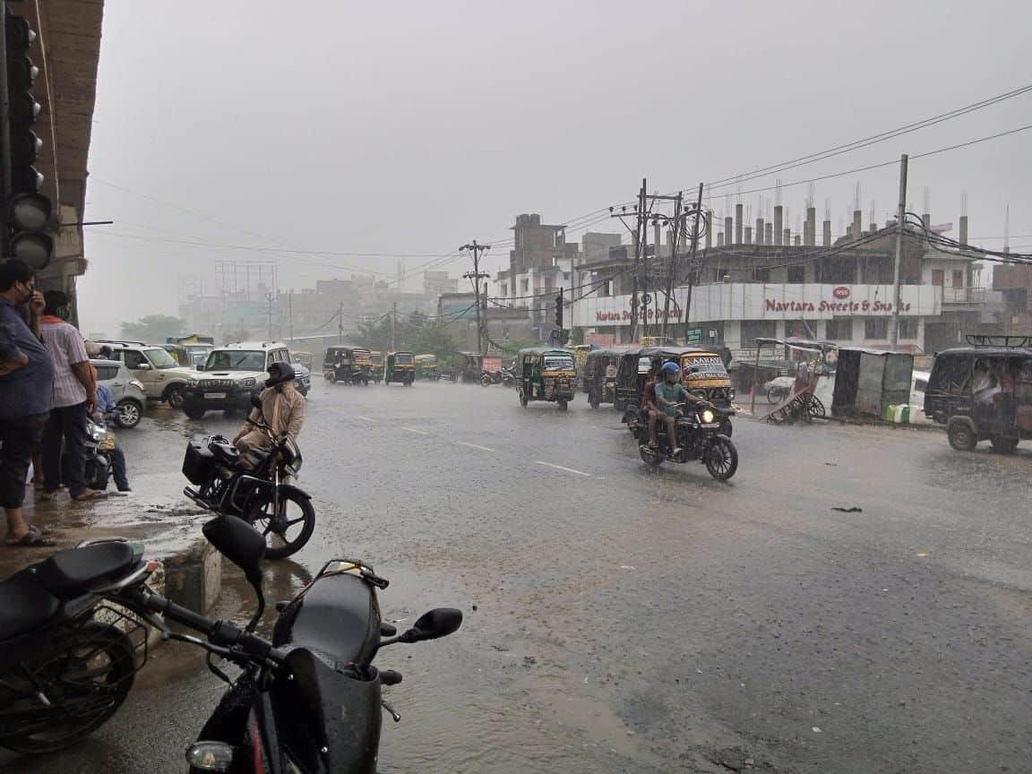 बारिश के कारण काम पर निकले लोगों को रेनकोट का सहारा लेना पड़ा.