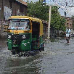 ताजनगरी की बारिश ने सड़कों पर पानी भर दिया