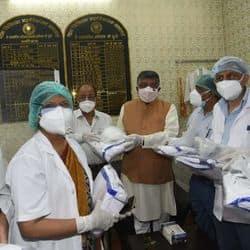 पटना मेडिकल कॉलेज हॉस्पिटल के डॉक्टरों को पटना के लोकसभा सांसद रविशंकर प्रसाद ने पीपीई किट बांटी.