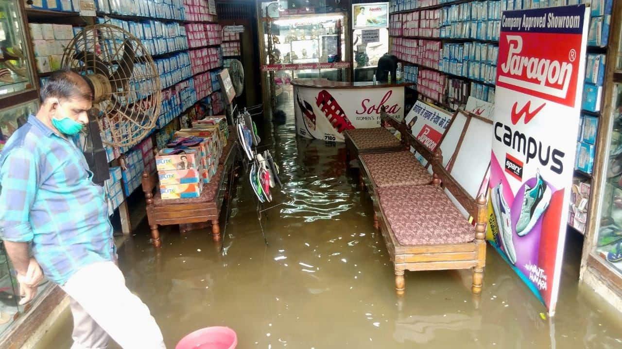 बाजारों में पानी भरने के कारण दुकानदारों को परेशानी हो रही है.
