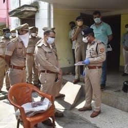 कार्यवाही करती पुलिस