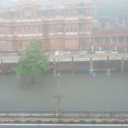 दो दिन पहले भी जयपुर में 113 एमएम की बारिश से बाढ़ की स्थिति पैदा हो गई थी.