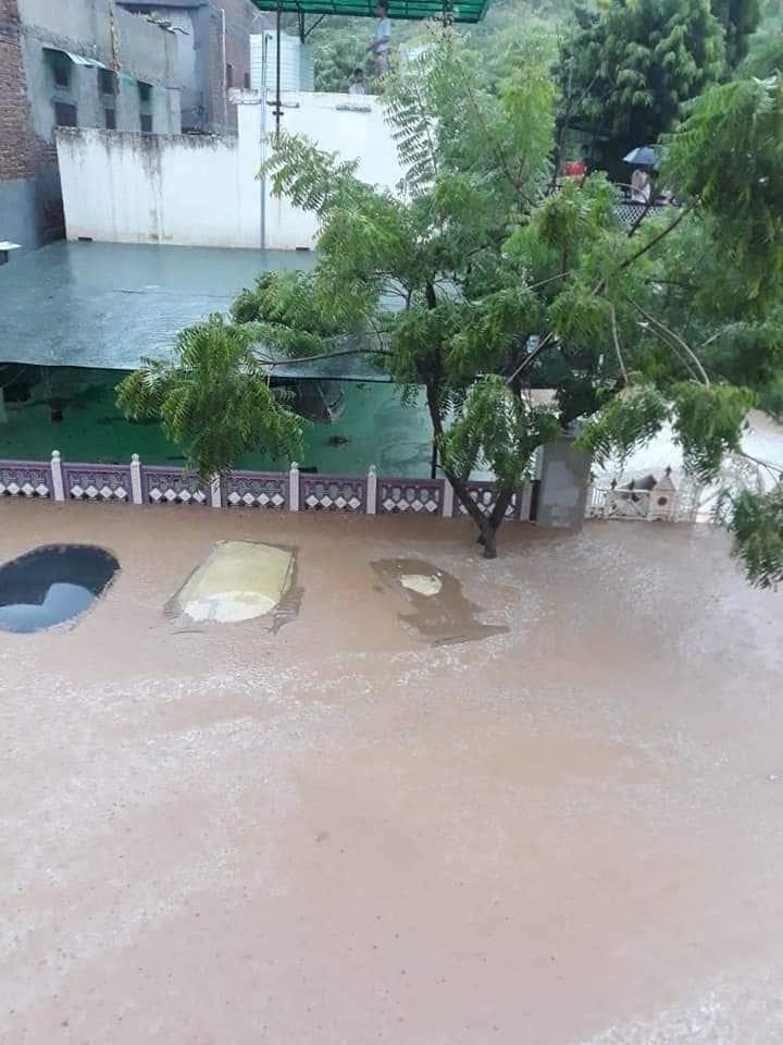 शहर में नहीं है ड्रेनेज सिस्टम की व्यवस्था जिसके चलते बारिश में होती है ऐसी स्थिति पैदा जयपुर।