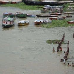 वाराणसी में गंगा के जलस्तर में लगातार बढ़ाव जारी है