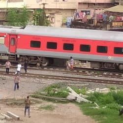 पटना में लोग जान की परवाह किए बिना ट्रेन के नीचे से निकलकर जाते हैं.