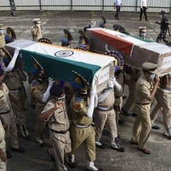 पुलिस बल और सेना ने शहीदों को श्रद्धांजलि अर्पित की.