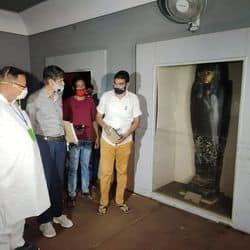 साहित्य एवं पुरातत्व मंत्री डॉ. बी. डी. कल्ला अल्बर्ट हॉल का निरीक्षण करते हुए