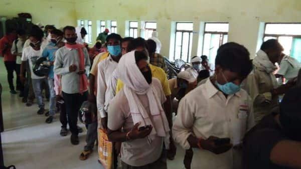 पंजीयन के इंतज़ार में प्रवासी श्रमिक