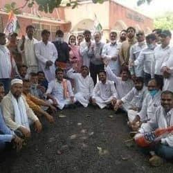 मेरठ में कांग्रेस के नेताओं ने कोरोना गाइडलाइंस के नियम तोड़ प्रदर्शन किया.