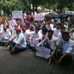 मेरठ में सपा छात्र सभा के नेतृत्व में अपनी मांगों को लेकर कलेक्ट्रेट के सामने प्रदर्शन करते युवक