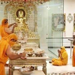 जरनलगंज के पुराना जैन मंदिर में पयुर्षण पर्व पर मास्क लगाकर अभिषेक करते पुजारी.
