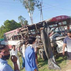 सड़क हादसे में दो बसों के बीच भिड़त के बाद बस के परखच्चे उड़ गए. हादसे में दोनों बस के ड्राइवर समेत एक कंडक्टर और तीन यात्रियों की मौत हुई .